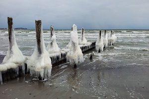 Ostseestrand im Winter auf der Halbinsel Wittow im Norden von Rügen