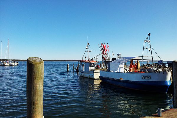 Fischerboote liegen im Hafen auf der Halbinsel Wittow im Norden von Rügen