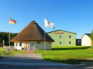 Eingangsgebäude der Ferienanlage Süderhof Rügen auf der Halbinsel Wittow
