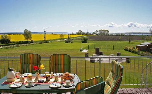 Balkon mit Frühstück in der Ferienanlage Süderhof Rügen auf Wittow