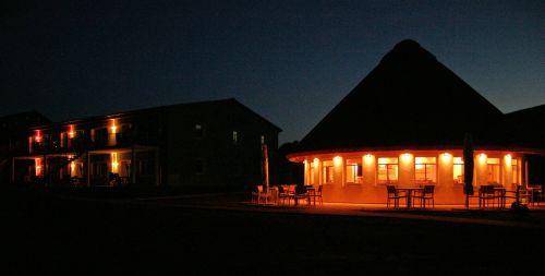 Ferienanlage Süderhof Rügen auf der Halbinsel Wittow bei Nacht