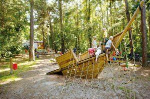 Kinder spielen in der Regenbogen Ferienanlage Nonnevitz auf der Insel Rügen