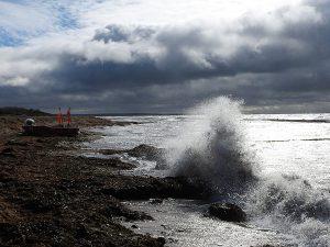 Ostseewellen schlagen an den Strand von Bug auf der Halbinsel Wittow im Norden von Rügen