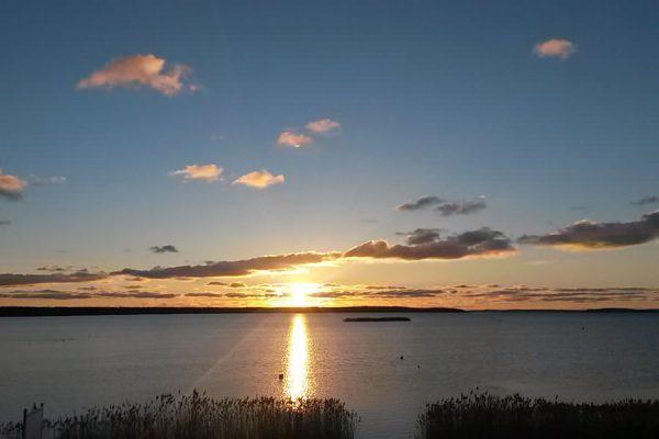 Sonnenuntergang über dem Breeger Bodden auf der Insel Rügen an der Ostsee