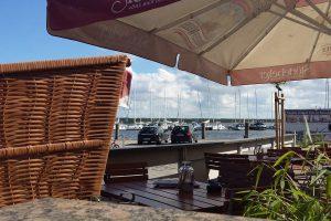 Biergarten am Breeger Bodden der Hotel- und Ferienanlage Kapitänshäuser auf Rügen