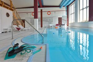 Schwimmbad der Hotel- und Ferienanlage Kapitänshäuser im Ostseebad Breege-Juliusruh auf Rügen